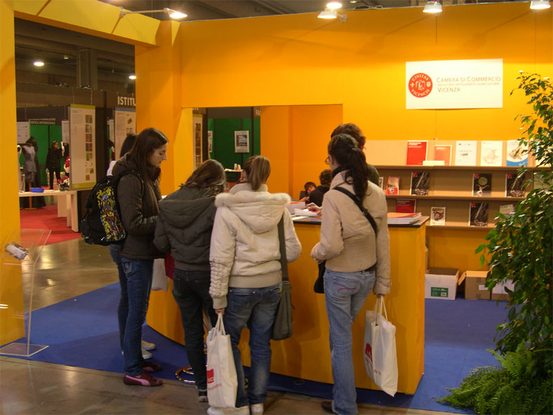 Studenti in visita allo stand Camera di Commercio di Vicenza